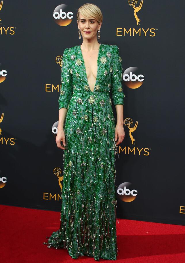 GRØNN, GLITRENDE: Sarah Paulson fikk refs for sin grønne Prada-kjole. Foto: NTB Scanpix
