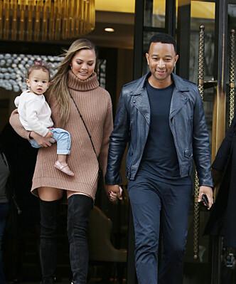 SAMMEN: Dette bildet av familien Teigen/Legend ble tatt denne uken i London. Spør de oss så ser de svært lykkelig ut! FOTO: NTB scanpix