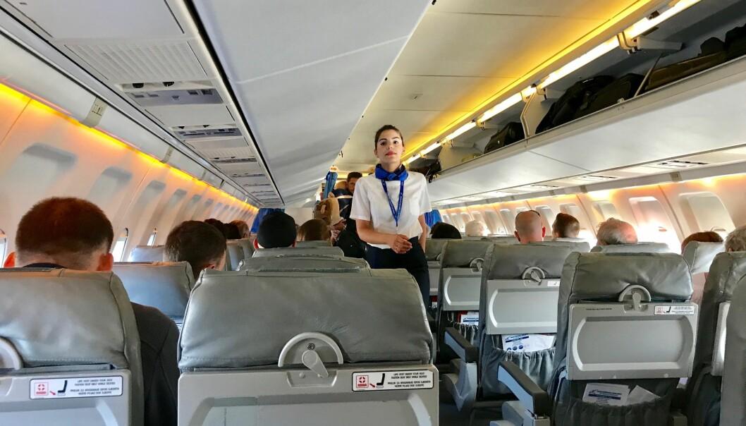 <strong>SPØR OM HJELP:</strong> Seks av ti passasjerer vil be kabinpersonalet om hjelp for å slippe seteryggsparkerne.<br>Foto: Odd Roar Lange/The Travel Inspector