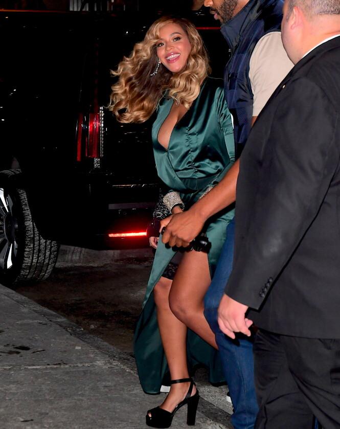 GLIPP: Beyoncé var lekker i sin grønne kjole med høy splitt. Hun var likevel uheldig da det som lignet en «hold in»-shorts tittet frem. Foto: Splash News