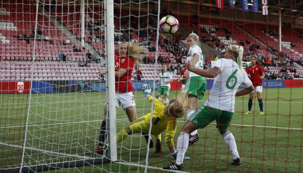 <strong>MÅL TIL NORGE:</strong> Lisa-Maria Utland scoret Norges tredje mål, men det er ikke nok til å få godkjent selv om 4-1 gir tre poeng i VM-kvalifiserngen. At Norge hadde trengt Ada Hegerberg på topp er det ingen tvil om. Foto: Bjørn Langsem.
