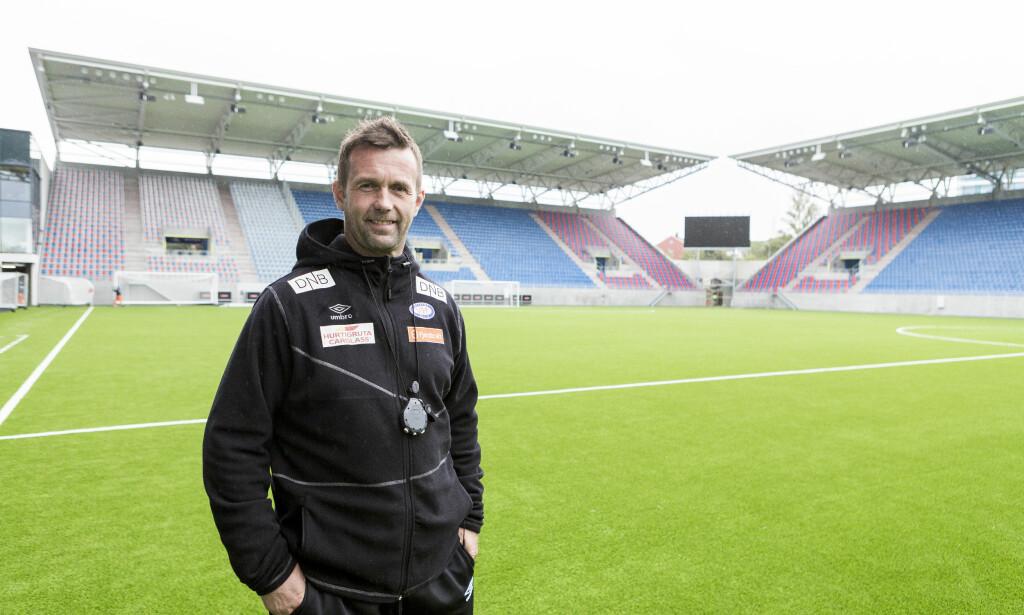 TØFFE TAK: Ronny Deila sier humøret i klubben er bra, tross store sportslige utfordringer. En solid opptur i det hele er den nye stadion på Valle med kapasitet på 17 300 tilskuere. Foto: Erlend Dalhaug Daae / NTB scanpix
