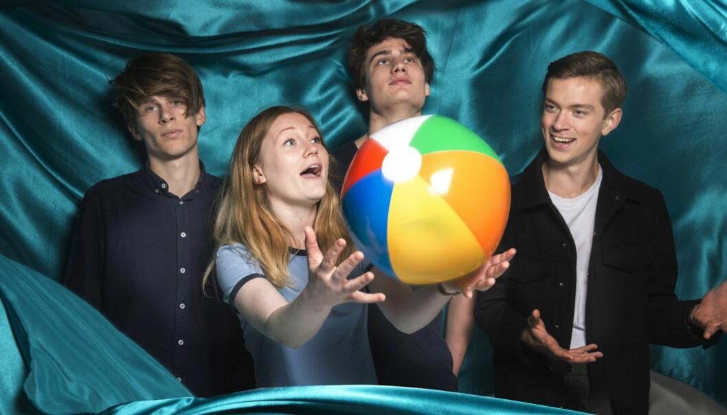 <strong>PRISEN FOR POPPUNKEN:</strong> Det bejublede stavangerbandet Sløtface albumdebuterer med «Try Not to Freak Out». De gjør mye riktig, men roter det også til for seg selv. Foto: Emma Swann.