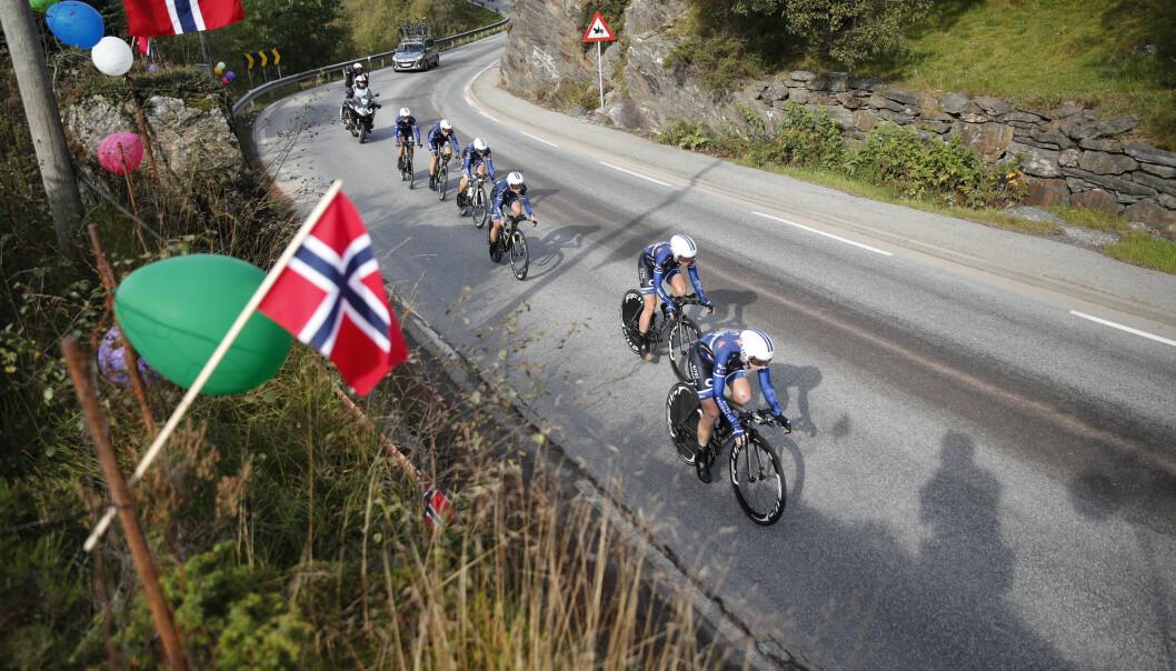 <strong>SKUFFENDE:</strong> Team Hitec langt unna toppen under åpningsøvelsen i VM. Foto: Cornelius Poppe / NTB scanpix