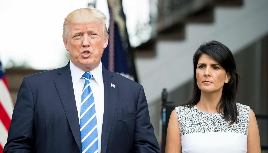 <strong>ADVARER:</strong> USAs FN-ambassadør, Nikki Haley, sammen med landets president, Donald Trump. I natt deltok hun i et hastemøte om Nord-Korea i FNs sikkerhetsråd. Foto: AFP PHOTO / JIM WATSON