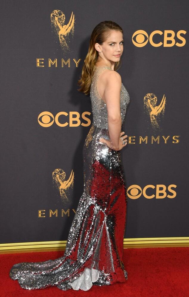 KJOLEFEST: Flere stjerner dukket opp på den røde løperen i Los Angeles natt til mandag. Skuespiller Anne Chlumsky valgte å glitre i paljetter. Kjolen er fra merket Sachin and Babi. Foto: NTB scanpix