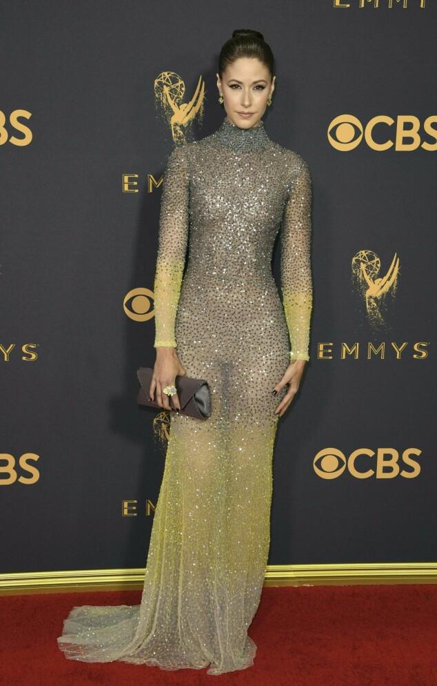 KJOLEFEST: Flere stjerner dukket opp på den røde løperen i Los Angeles natt til mandag. Skuespiller Amanda Crew fra «Silicon Valley» var ikledd denne ombré-kjolen fra Michael Cinco. Foto: NTB scanpix
