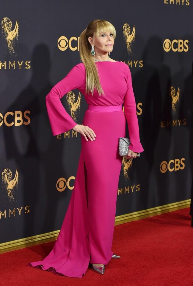 KJOLEFEST: Flere stjerner dukket opp på den røde løperen i Los Angeles natt til mandag.Mange mener 79 år gamle Jane Fonda stjal showet i denne sjokkrosa kreasjonen fra Brandon Maxwell. Foto: NTB scanpix