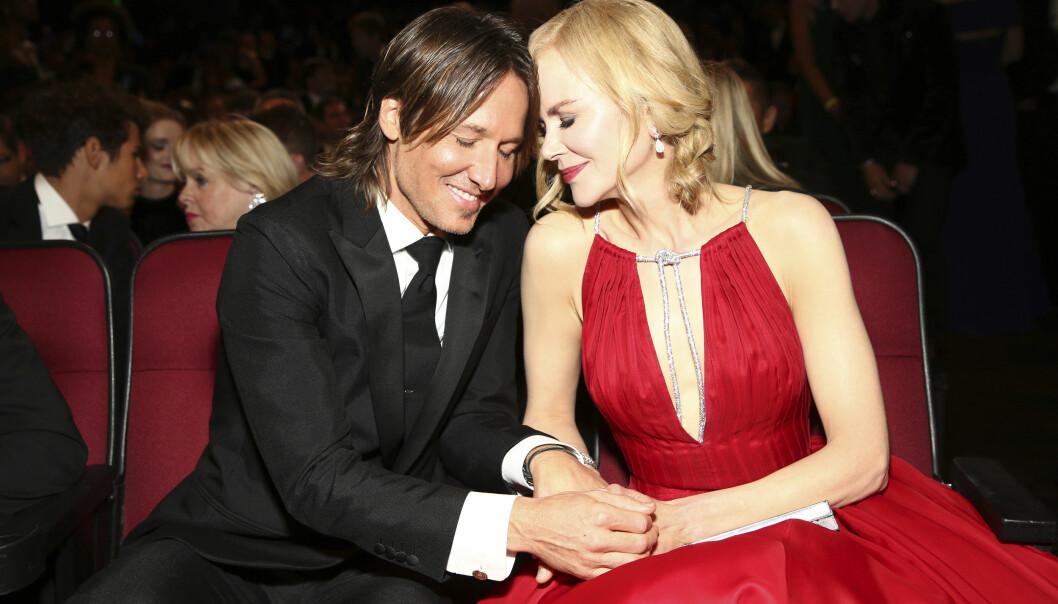 TRØBBEL?: Både på den røde løperen og i salen så Nicole Kidman og Kieth Urban veldig forelskede ut. De ble observert mens de kysset og holdt hender, blant annet. Derfor skapte det overskrifter da Alexander Skarsgård kysset Nicole på munnen da han stakk av med sin første Emmy-pris. Foto: NTB scanpix