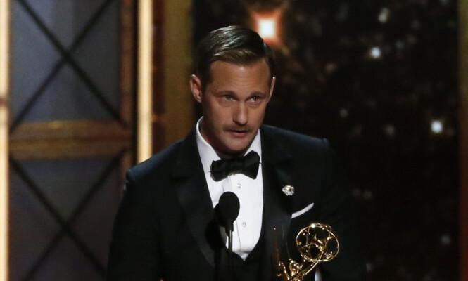 KJEKKAS: Skarsgård var utvilsomt fornøyd med seieren, som han feiret med et vått kyss og en flott tale som hyllet hans kvinnelige motskuespillere. Foto: NTB scanpix