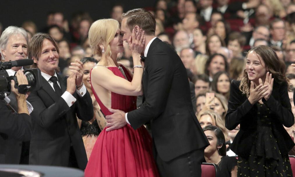 SEIER: Alexander Skarsgård kysset motskuespiller Nicole Kidman da han skulle hente hjem sin første Emmy-pris. Det har flere reagert på. Foto: NTB scanpix