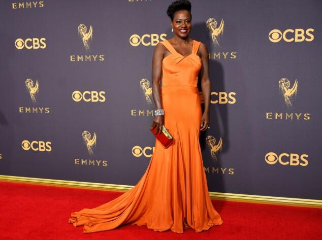 <strong>KJOLEFEST:</strong> Flere stjerner dukket opp på den røde løperen i Los Angeles natt til mandag. Viola Davis får skryt av flere medier for denne oransje kjolen fra Zac Posen. Foto: NTB scanpix