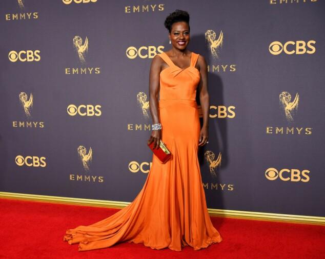 KJOLEFEST: Flere stjerner dukket opp på den røde løperen i Los Angeles natt til mandag. Viola Davis får skryt av flere medier for denne oransje kjolen fra Zac Posen. Foto: NTB scanpix