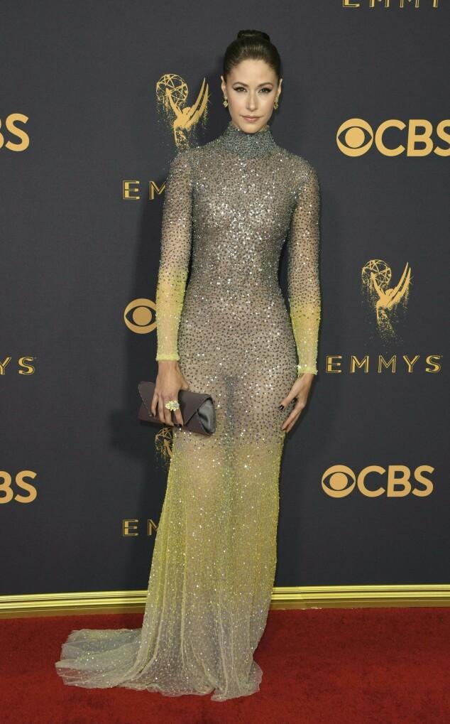 <strong>KJOLEFEST:</strong> Flere stjerner dukket opp på den røde løperen i Los Angeles natt til mandag. Skuespiller Amanda Crew fra «Silicon Valley» var ikledd denne ombré-kjolen. Foto: NTB scanpix