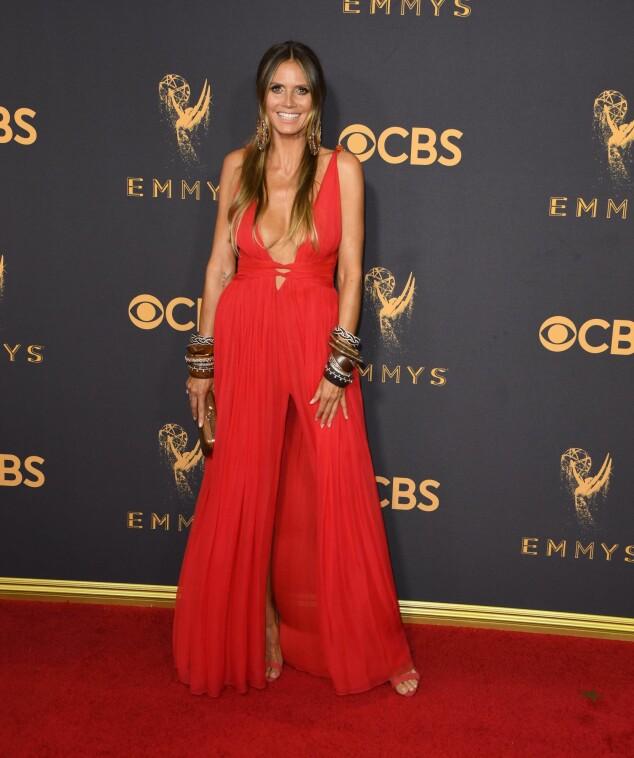 <strong>KJOLEFEST:</strong> Flere stjerner dukket opp på den røde løperen i Los Angeles natt til mandag. Heidi Klum dukket opp i en rød kjole, og hadde for anledningen tatt på seg flere, store armbånd. Foto: NTB scanpix