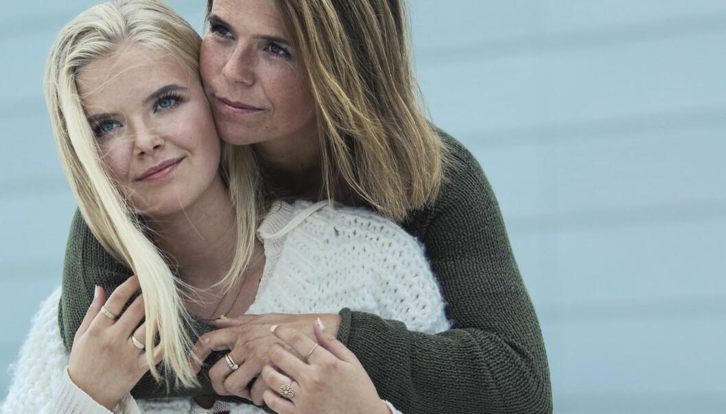 ANGST OG DEPRESJON HOS BARN: For Christine Otterstad (43) og datteren Maria (17) har åpenhet betydd alt. Sammen holder de foredrag om hvordan Maria ble frisk etter en hel barndom preget av angst. Foto: Astrid Waller