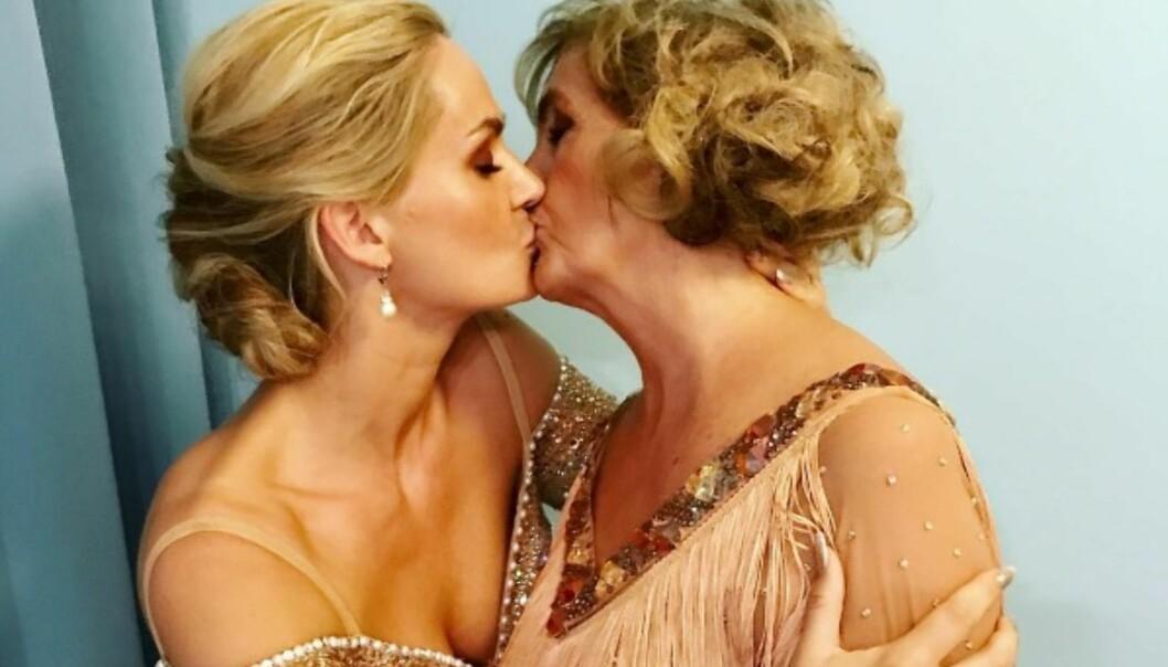STØTTER SKEIVE: Marna Haugen Burøe og Trude Drevland viste sin solidaritet i forbindelse med «Jævla homo»-premiere i kveld. Foto: Skjermdump fra Instagram