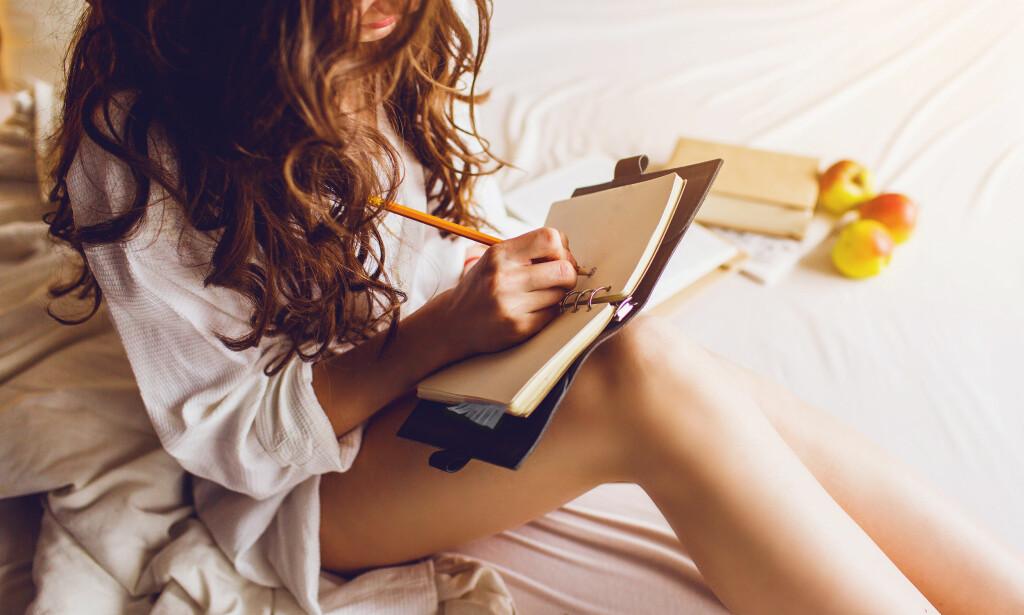 SKRIVE DAGBOK: Du trodde kanskje bare man skrev dagbok i tenåringsalderen? Nei, ifølge eksperten bør du skrive dagbok i voksen alder også. FOTO: NTB scanpix