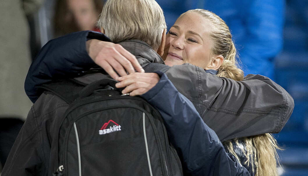<strong>BURSDAGSKLEM:</strong> Lisa-Marie Utland får bursdagsklem ( 25 år) og pose med kake fra Are Isaksen og Røa. Foto: Bjørn Langsem / Dagbladet
