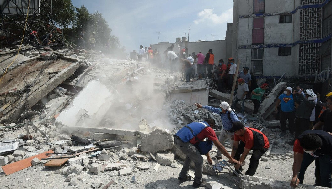 SØK: Redningsmannskaper søker gjennom sammenraste bygninger på jakt etter folk som er innesperret i ruinene. Foto: AFP PHOTO / Alfredo Estrella / NTB scanpix