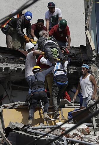 REDDES: En skadd mann blir båret ut av en bygning i Mexico city etter nattas jordskjelv. Foto: Rebecca Blackwell / Ap / Scanpix