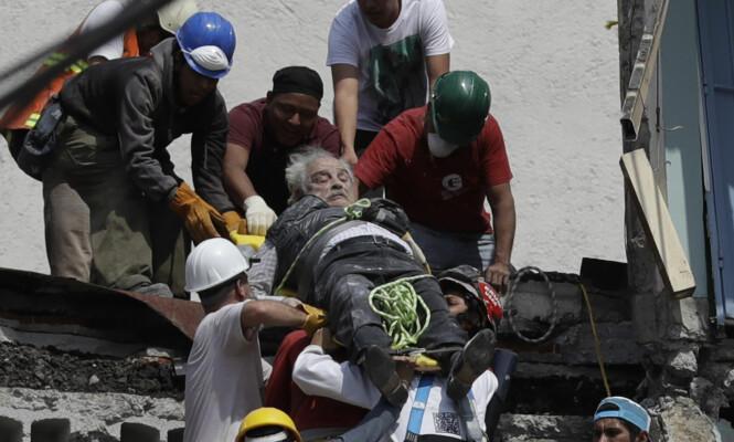 REDDES: Redningsmannskaper jobber på spreng med å redde mennesker ut av ruinene. Foto: AP Photo / Rebecca Blackwell / NTB scanpix