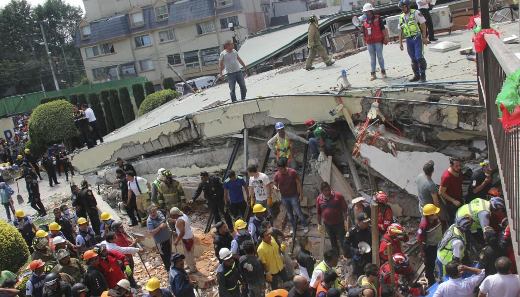 KOLLAPSET: Redningsarbeidere står ved skolen Enrique Rebsamen i Mexico by som har kollapset. 21 barn er blant de omkomne, og fortsatt er 28 savnet. Foto: AP / NTB Scanpix