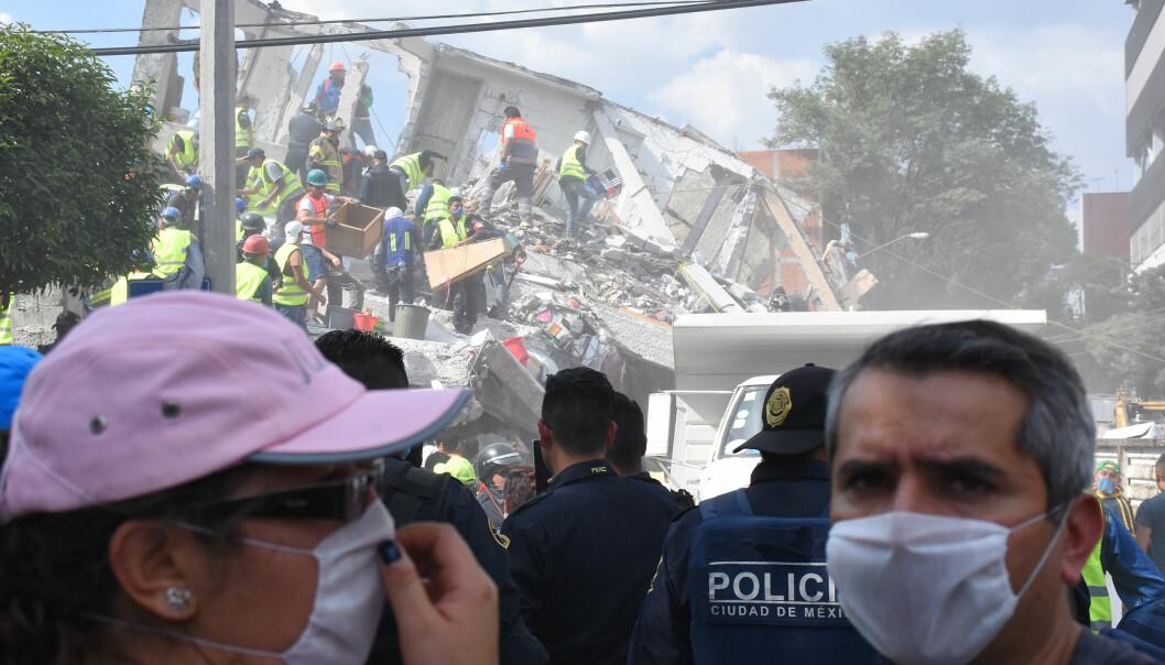 KJEMPER MOT KLOKKA: Redningsarbeidere jobber på spreng i Mexico City og statene rundt, i håp om å finne overlevende i ruinene. For akkurat 32 år siden døde 10 000 mennesker i et skjelv i Mexico. Foto: Carlos Tischler / Scanpix