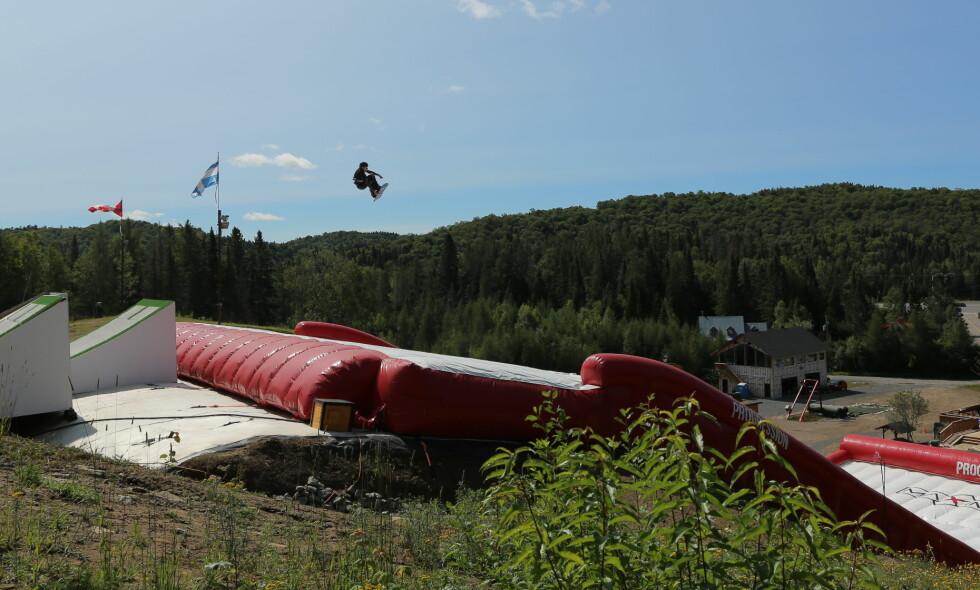 AIRBAG: På denne airbagen trener Tiril Sjåstad Christiansen, Johanne Kili og Silje Norendal på landinger. De norske snowboard-gutta føler seg foreløpig like sikre på snøen. Foto: Maximise