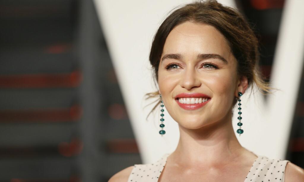 BRUNETTE: Emilia Clarke har til tross for at vi er vant til å se henne som blondine, alltid hatt sitt brune hår. Her er den britiske skuespilleren på Vanity Fairs Oscar Party i 2016. Foto: Reuters/ NTB Scanpix.