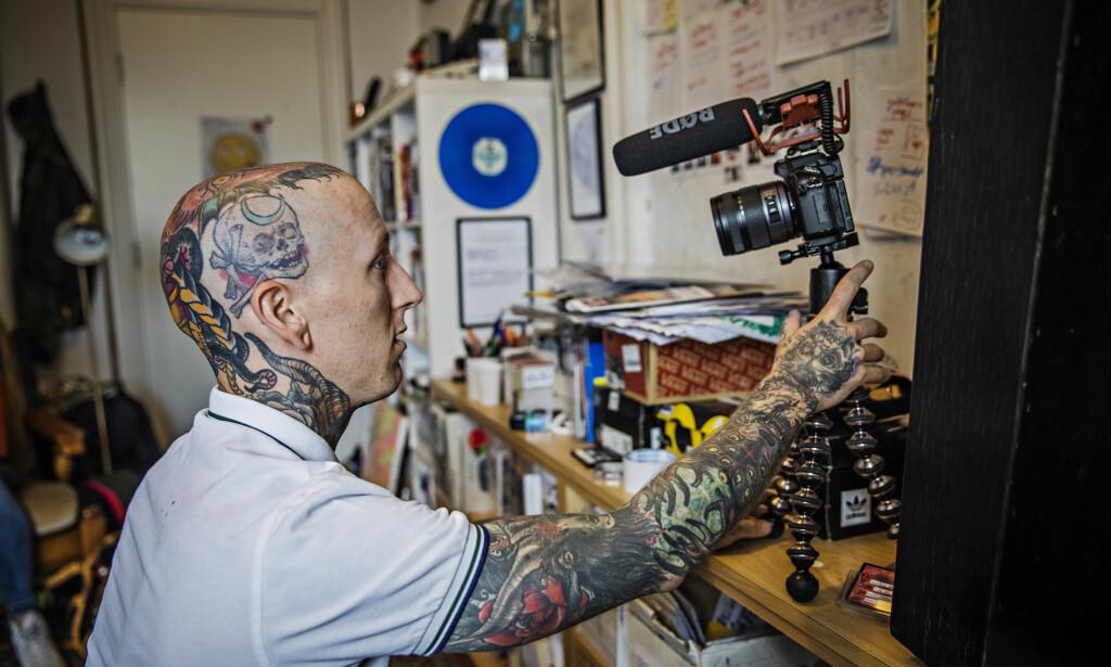 SELVSKADING: Martin Mentzoni (31) var en av gutta som bidro i prosjektet. Mentzoni kuttet seg selv med kniver og barberblader i mange år. Han produserer daglig YouTube-vlogg. Foto: Jørn H. Moen