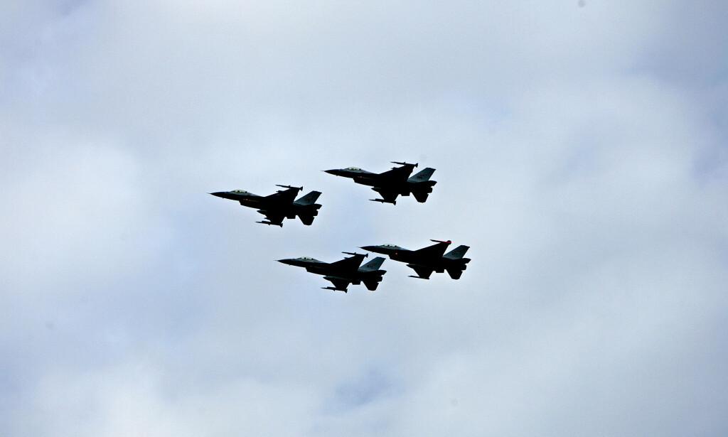 KANON: Under en øvelse på Tarva skytefelt på Karlsøya i Bjugn i fjor var tre personer en hårsbredd fra å bli truffet av kanonild fra et F16-fly. Bildet er fra 2006 da fire F16 fly foretar en overflygning under kongefamiliens besøk på Ørlandet i anledning 100 års jubileet for kroningsferden. Foto: Stian Lysberg Solum / SCANPIX .