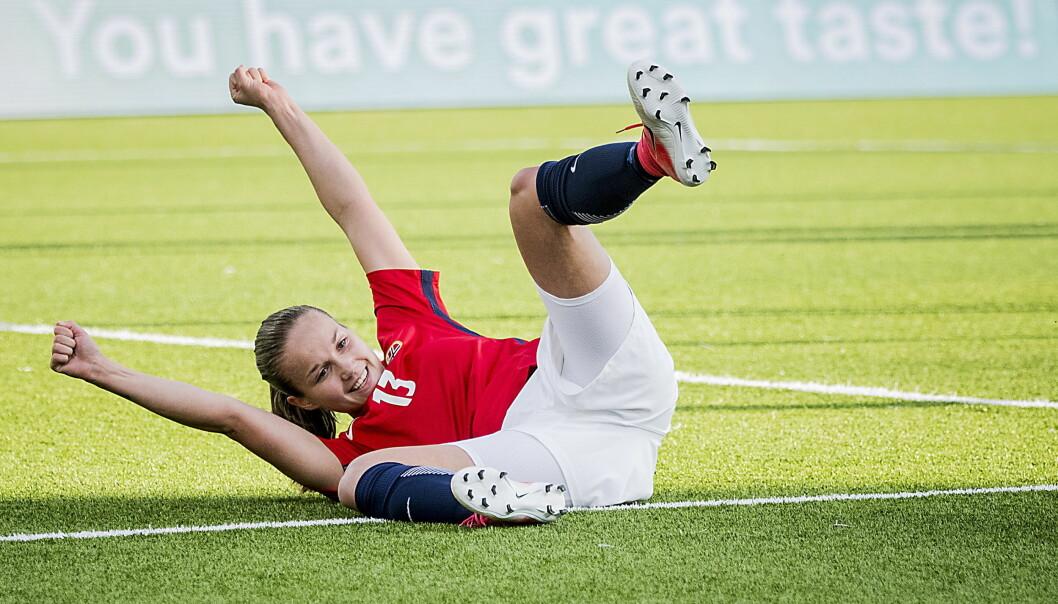 <strong>JIPPI:</strong> Guro Reiten har blitt en av de mest sentrale spillerne på det norske kvinnelandslaget. Her jubler hun for scoring mot Slovakia i en kamp Norge vant 6-1. Foto: Bjørn Langsem / Dagbladet