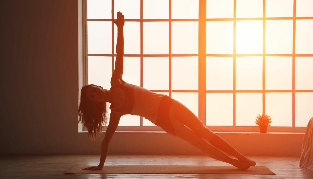 YOGA I VARME: Har du hørt om hot yoga? Dette er fordelene ved å trene yoga i varmen. FOTO: NTB Scanpix