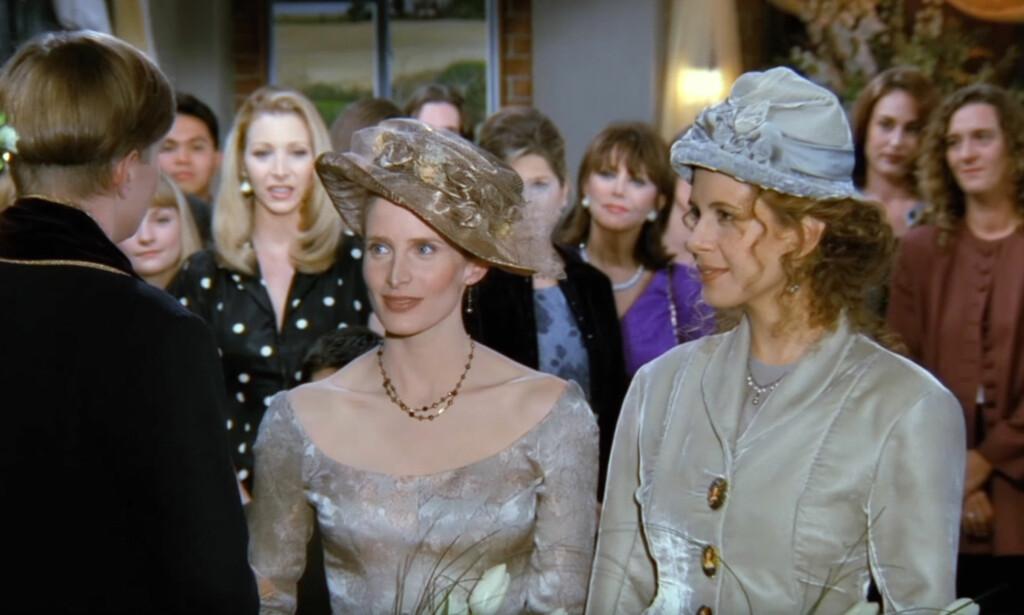 KONTROVERSIELT: Jane Sibbett og Jessica Hecht (t.h.) spilte Carol og Susan, et lesbisk par som giftet seg foran en prest i en «Friends»-episode i 1996. Hecht kjenner du kanskje igjen fra birollen i sukesserien «Breaking Bad» Foto: NBC / TVNorge