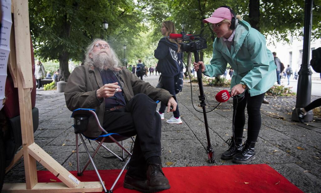 DEBATT: Marihuana-røyker Bjørn Dahl (58) intervjues av videoreporter Marie Røssland foran Samfunnspartiets stand på Karl Johan. Foto: Lars Eivind Bones