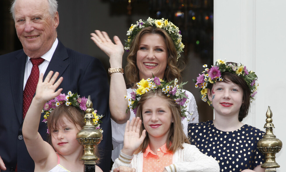 MED BARNA: Märtha Louise har tre flotte døtre som stelte i stand med hjemmelaget middag og kake for å feire sin mor. Her er de under kongeparets 25 års jubileum på Stiftsgården i Trondheim i 2016. Foto: NTB Scanpix.