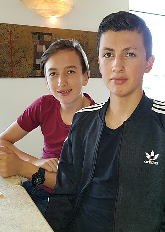<strong>HJELP:</strong> Alexander (12) og Maximillian (16) hjalp begge til med livsviktig redningsarbeid hver sin dag denne uka. Foto: Privat