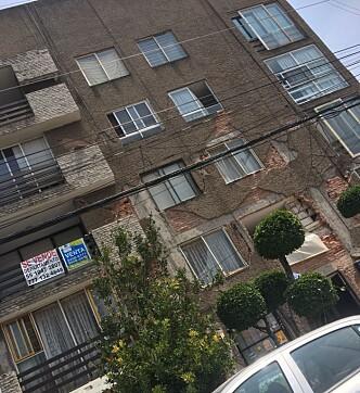 <strong>SPRIKER:</strong> Det har kommet store skader på boligblokker etter jordskjelvet. Det er farlig å gå inn og folk sitter utenfor. Foto: Privat