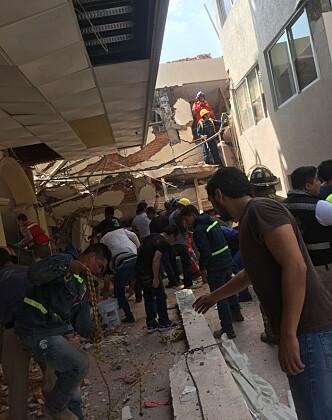 <strong>RUINER:</strong> Bilde inne på den ødelagte skolen i Mexico. Til venstre i rød vest Nils Erik Volden. Foto: Privat