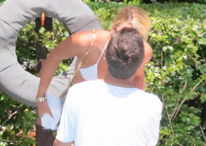 HET FLØRT: Sofie og Scott kysser hverandre på ferie i Miami. Foto: NTB scanpix