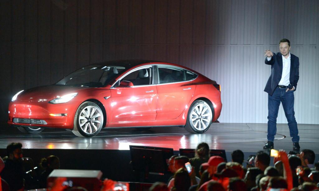 BLIR IKKE ÅRETS BIL: Elon Musk og Tesla vil ikke levere ett eneste eksemplar av Model 3 til konkurransen Årets Bil i Nord-Amerika. Dermed kan de heller ikke vinne. Her fra lanseringen av Model 3 i sommer. Foto: Andrej Sokolow/Scanpix