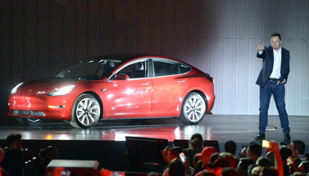 <strong>BLIR IKKE ÅRETS BIL:</strong> Elon Musk og Tesla vil ikke levere ett eneste eksemplar av Model 3 til konkurransen Årets Bil i Nord-Amerika. Dermed kan de heller ikke vinne. Her fra lanseringen av Model 3 i sommer. Foto: Andrej Sokolow/Scanpix