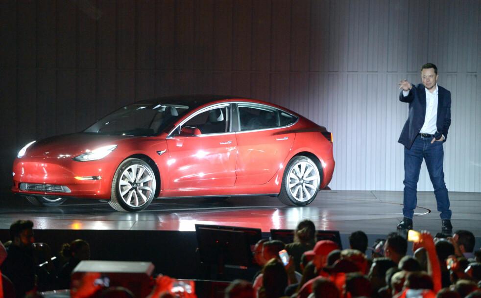 KOMMER, KANSKJE? Norge får cirka to av 1.000 biler som blir produsert i verden. Andelen er mye større for elbiler. Om opphausede Tesla Model 3 når sine ventende norske kunder, kommer an på om Elon Musk får løst produksjons-utfordringene i USA. Foto: Andrej Sokolow/Scanpix