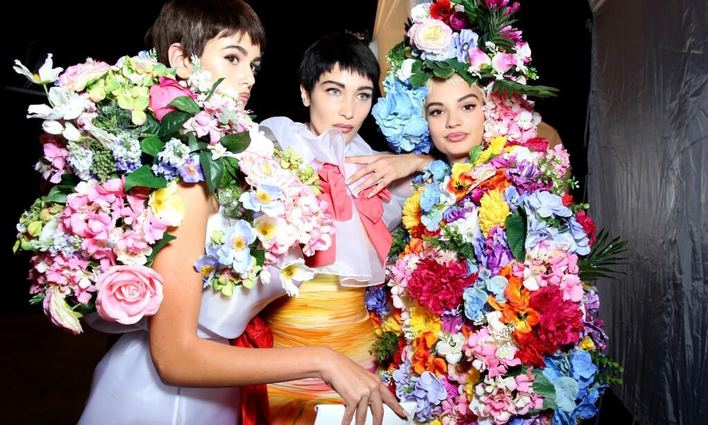 LIPLINER: Motehuset Moschino presenterte sin blomstrete kolleksjon sammen med heftige 90-tallslepper. FOTO: NTB Scanpix