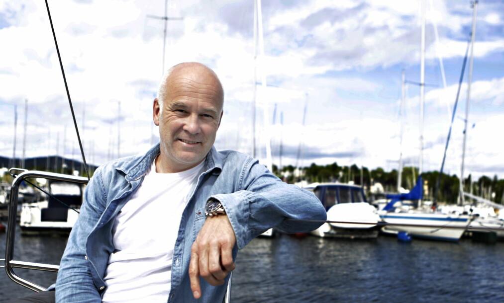 <strong>STIKKER UTENLANDS:</strong> NRK-sjef Thor Gjermund Eriksen tar anmeldelsen med godt humør. - Likevel, kanskje best å rømme landet, sier han og ler. Foto: Frank Karlsen
