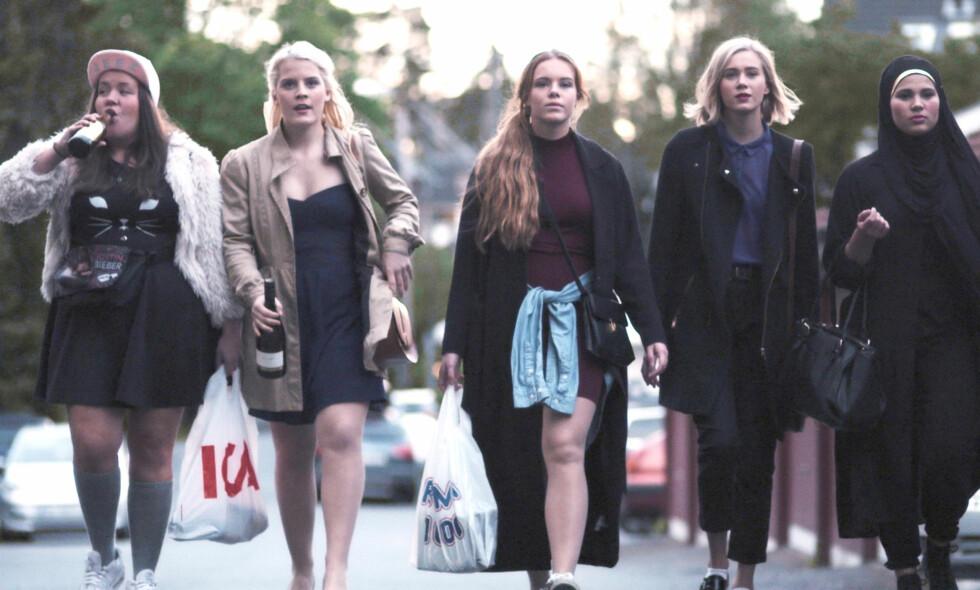 NYE TIDER: Lurer du på hva Ina Svenningdal (Chris), Ulrikke Falch (Vilde), Lisa Teige (Eva), Josefine Frida Pettersen (Noora) og Iman Meskini (Sana) driver med nå? Foto: NRK