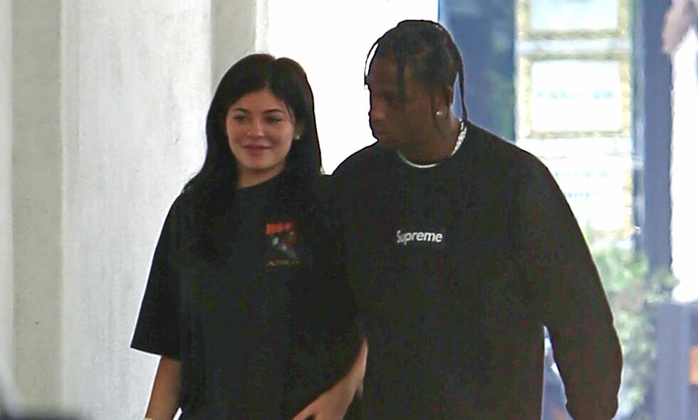 KJÆRESTER: Kylie Jenner og Travis Scott avbildet sammen i juni. Ifølge nettsiden TMZ venter de to sitt første barn sammen. Foto: NTB Scanpix