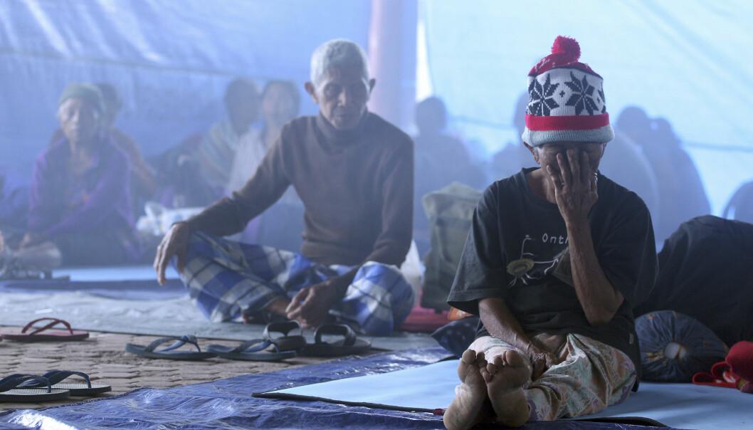 PÅ FLUKT: Landsbyboere, som er evakuert fra området rundt vulkanen Agung, har fått midlertidig husly andra steder på øya. Foto: Firdia Lisnawati / AP / NTB Scanpix