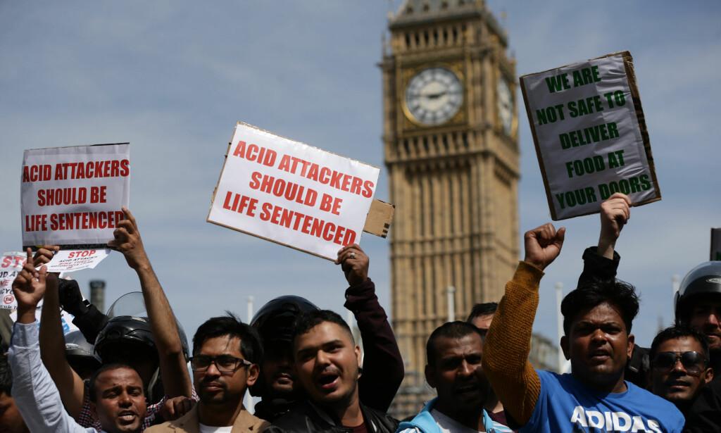 PROTEST: Mange mennesker demonstrerte tidligere i år i London etter fem ulike syreangrep ble utført av to personer på moped. Foto: NTB Scanpix
